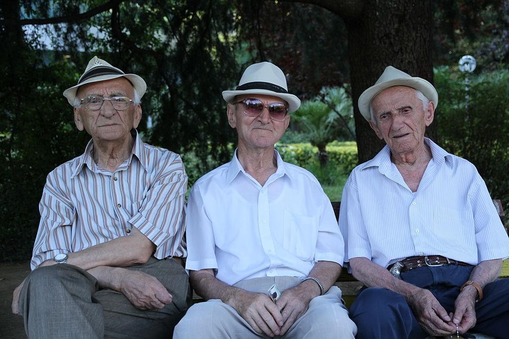 BPJEPS publics Ce qu'il faut retenir sur les différents publics seniors vieux amis chapeau