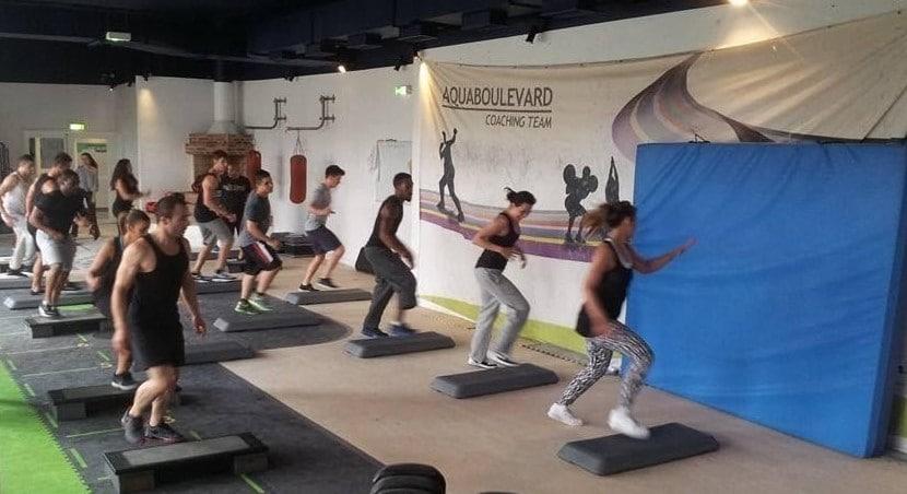 Cours de step avec Camilia Courtois lors de sa formation BPJEPS AGFF avec Global Training dans une salle de l'Aquaboulevard de Paris.