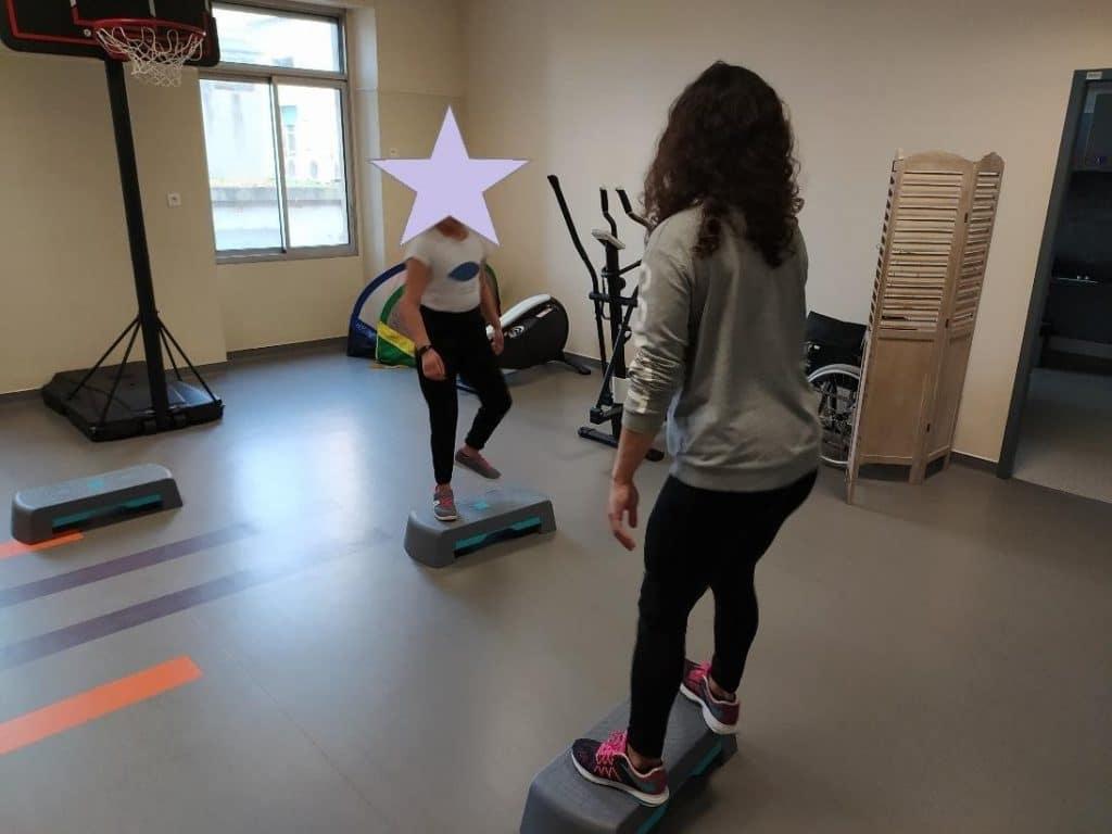 Camilia Courtois, titulaire d'une licence APA, utilise la pratique du step dans des programmes sport santé.