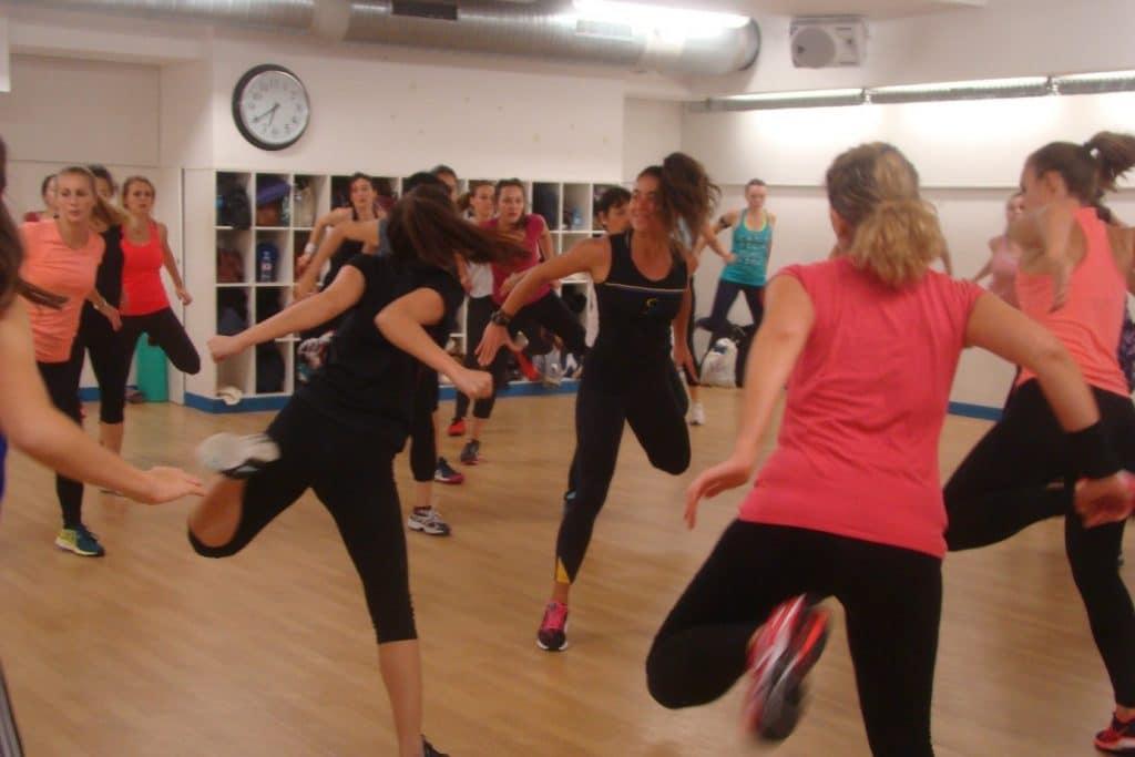 Camilia Courtois, coach sportif BPJEPS AF, se sent alignée avec ses valeurs lorsqu'elle donne des cours collectifs de fitness.