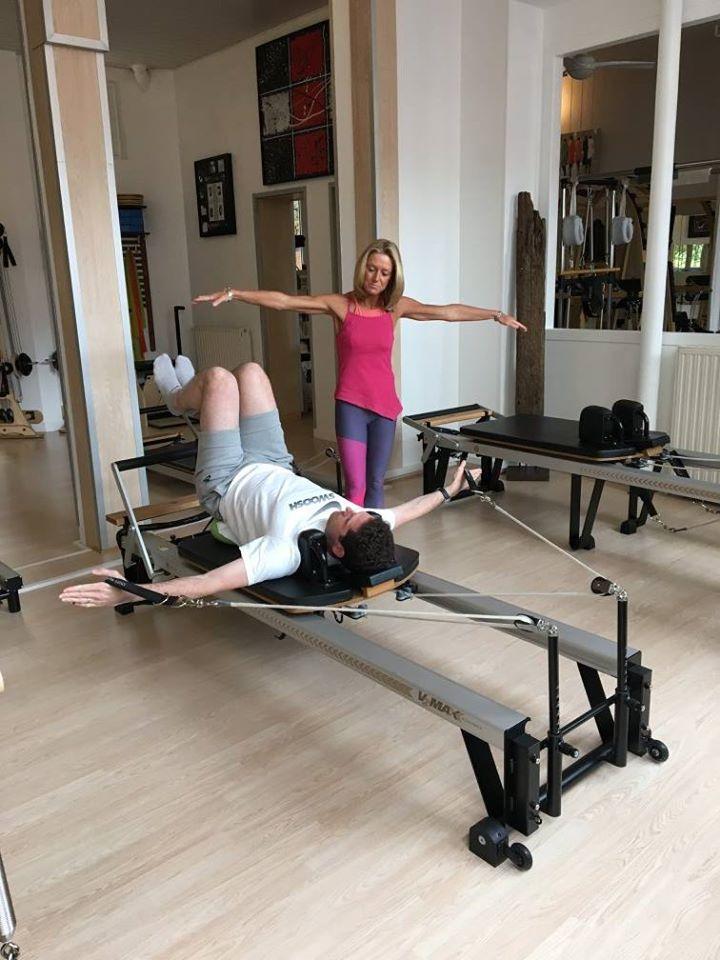 Julie Midgley au studio biopilates de Paris. Cours avec reformer. À essayer avant de choisir sa formation Pilates.