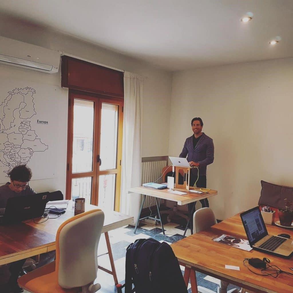 Frédéric Balussaud, coach sportif et infopreneur, créateur du blog Réussir son BPJEPS, anime son blog depuis n'importe quel pays dans des espaces de coliving.